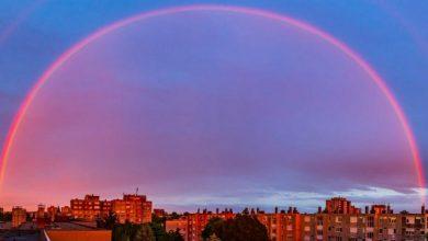 """Photo of الأسبوع في 10 صور: """"سبايدر مان"""" يظهر في روسيا.. والقمر العملاق يتألق في سماء دول عدة"""