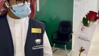 Photo of متطوعات هلال الجوف يعايدن منسوبي مركز اللقاحات بسكاكا