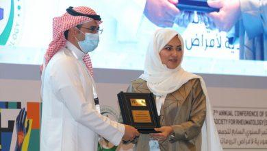Photo of الدكتور منصور العازمي يتلقى تكريماً من الجمعية السعودية لأمراض الروماتيزم