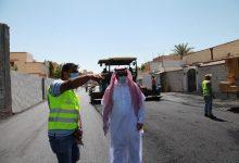 """Photo of """"رئيس بلدية القريات """" يتفقد عدد من الشوارع الجارى صيانتها"""
