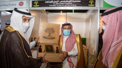 Photo of الشراري يقدم لوزير البيئة والمياه والزراعة عينة من الزيت الفائز بجائزة دبي لزيت الزيتون